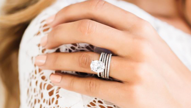 Μονοπετρα και δαχτυλίδια αρραβώνων που αγαπάμε να φοράμε.